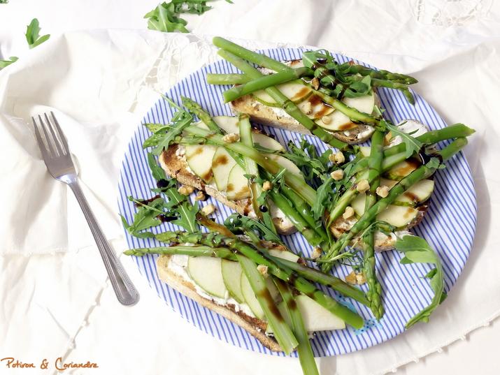 Tartines aux asperges, poire et ricotta