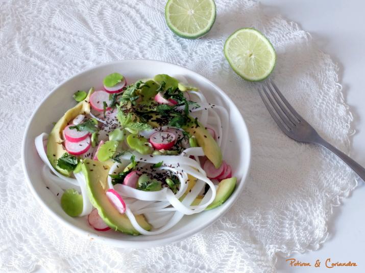 Salade de nouilles de riz à l'avocat et aux radis